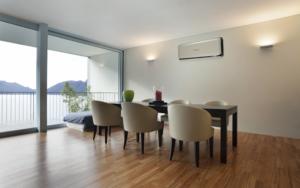 Vaste split unit airconditioning aan wand kantoorruimte